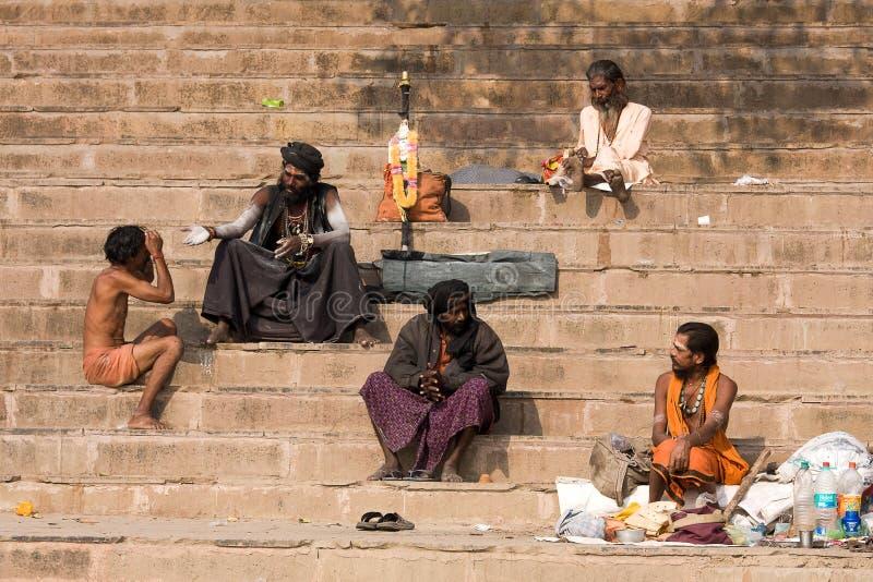 Sadhu sitzt auf dem ghat entlang dem Ganges in Varanasi, Indien stockfoto