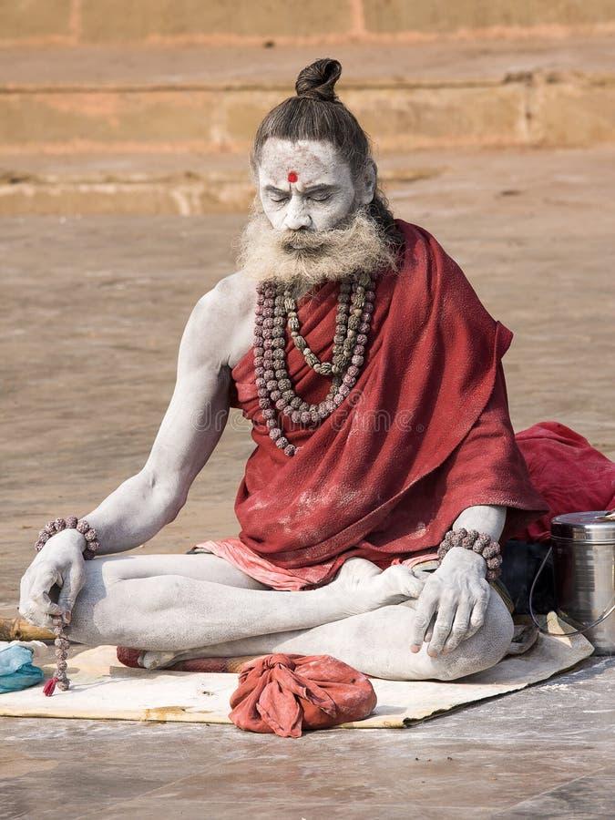 Sadhu sitzt auf dem ghat entlang dem Ganges in Varanasi, Indien lizenzfreies stockfoto