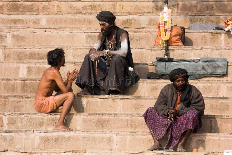 Sadhu sitzt auf dem ghat entlang dem Ganges in Varanasi, Indien lizenzfreie stockfotos
