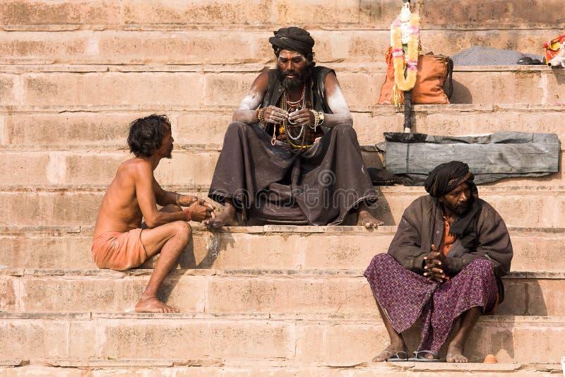Sadhu sitzt auf dem ghat entlang dem Ganges in Varanasi, Indien stockbild