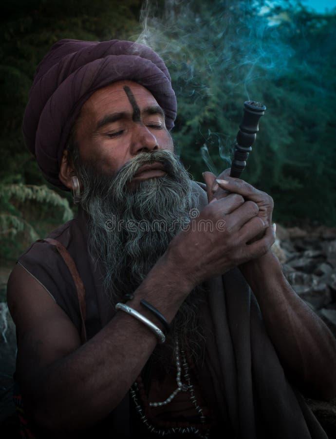 Sadhu Smoking rör arkivbild
