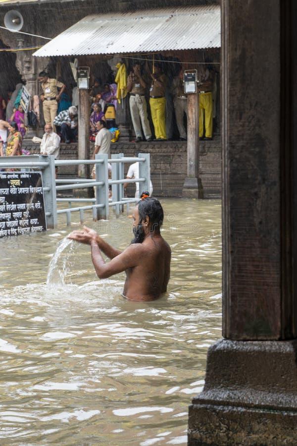 Sadhu Taking Holy-bad in Tempel, Nasik, Maharashtra, India royalty-vrije stock foto