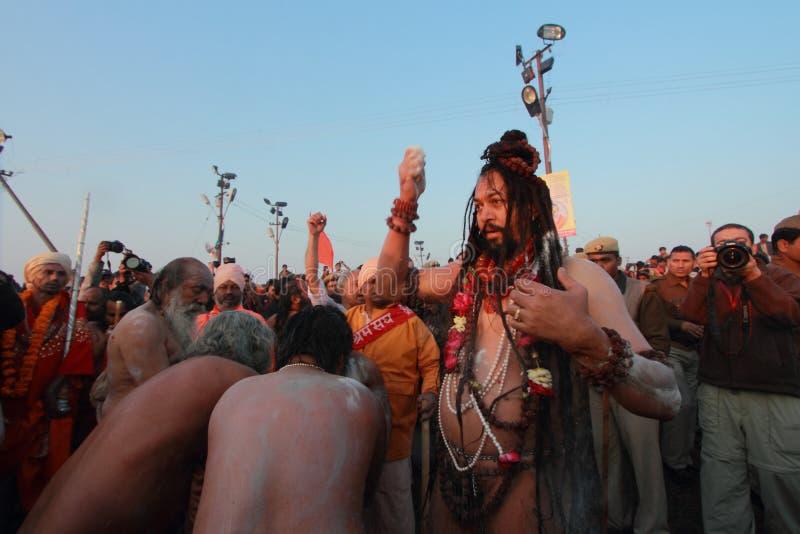 Sadhus samlade för att ta badet på Kumbh Mela royaltyfria foton