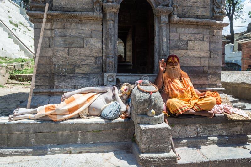Sadhus två i den Pashupatinath templet 13 April 2018, Katmandu, royaltyfri foto