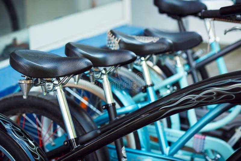 Sadlar av en grupp av cyklar på parkering royaltyfri fotografi