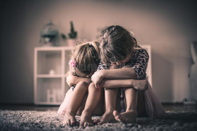 sadness Duas meninas em casa fotografia de stock