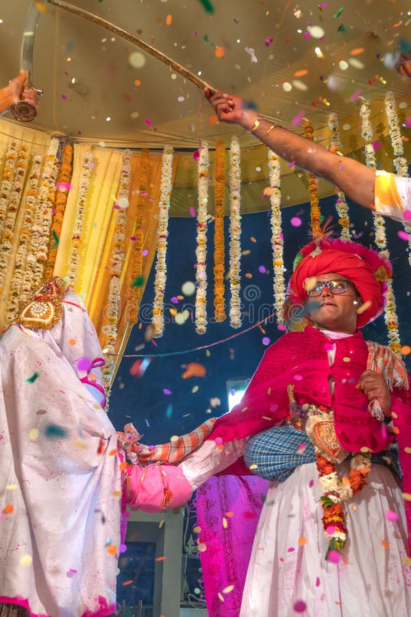 Sadri/India-12 07 2019: De mensen op de traditionele ceremonie van het rajasthanihuwelijk stock foto's
