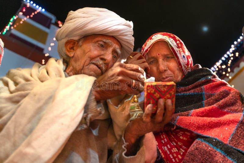 Sadri/India-12 07 2019: De mensen op de traditionele ceremonie van het rajasthanihuwelijk stock afbeelding