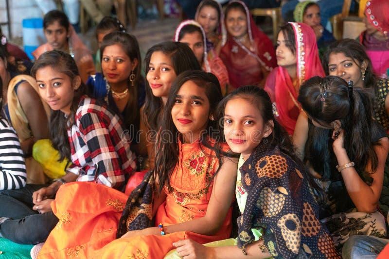 Sadri/india-12 07 2019: Folket på traditionell rajasthanibröllopceremoni royaltyfria foton