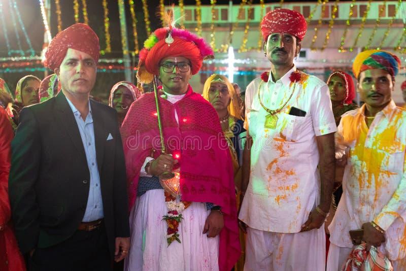 Sadri/india-12 07 2019: Folket på traditionell rajasthanibröllopceremoni fotografering för bildbyråer