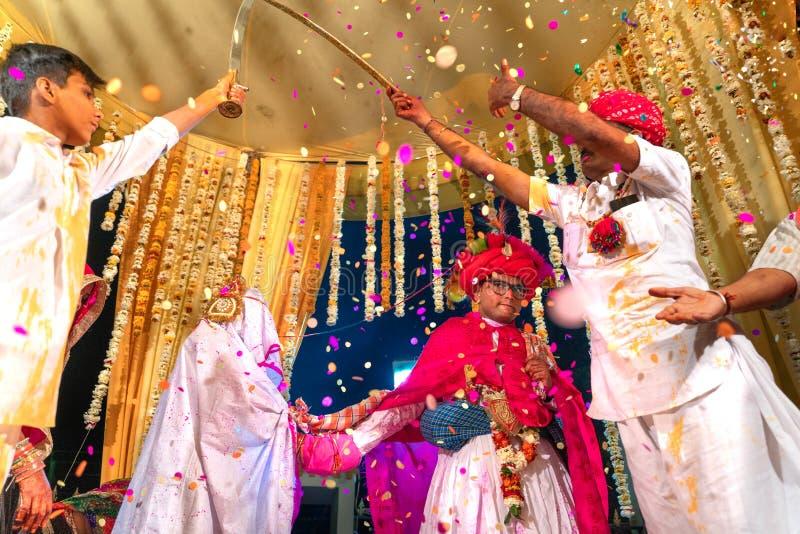 Sadri/india-12 07 2019: Folket på traditionell rajasthanibröllopceremoni arkivfoton