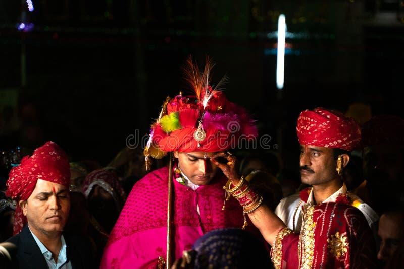 Sadri/india-12 07 2019: Folket på traditionell rajasthanibröllopceremoni royaltyfria bilder