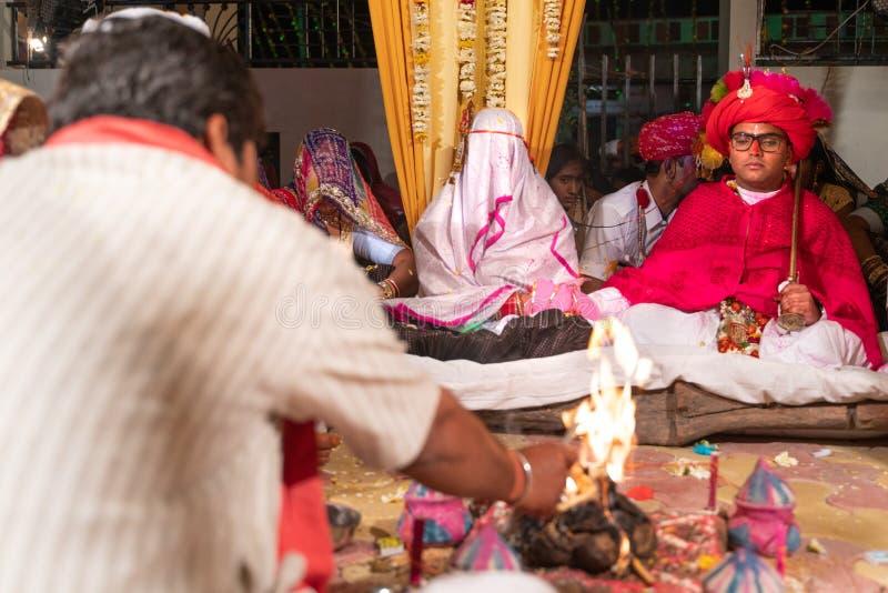 Sadri/india-12 07 2019: Folket på traditionell rajasthanibröllopceremoni arkivfoto
