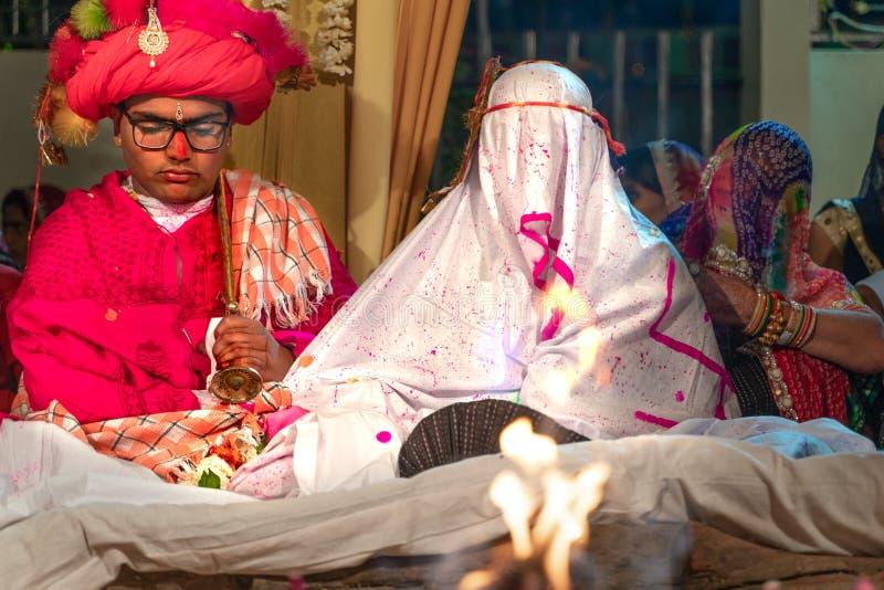 Sadri/india-12 07 2019: La gente en ceremonia de boda tradicional del rajasthani fotos de archivo