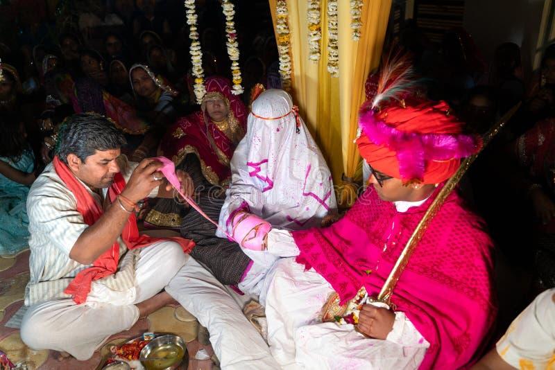 Sadri/india-12 07 2019: La gente su cerimonia di nozze tradizionale di rajasthani fotografia stock libera da diritti