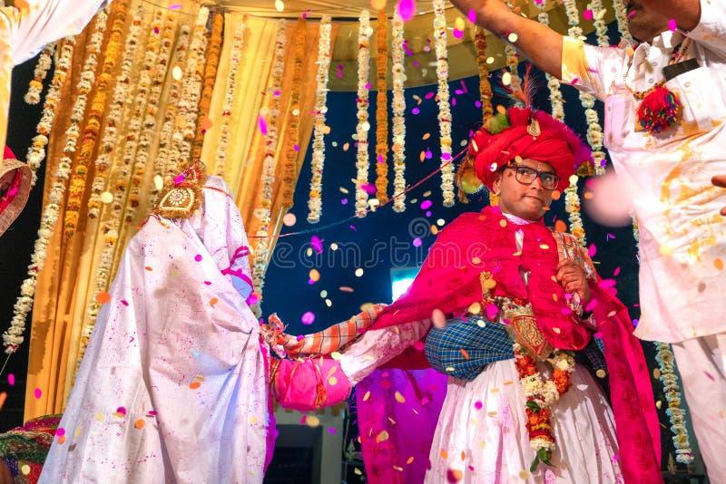 Sadri/india-12 07 2019: La gente su cerimonia di nozze tradizionale di rajasthani fotografie stock libere da diritti