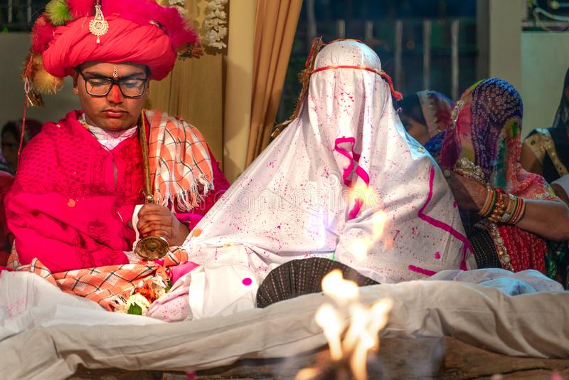 Sadri/india-12 07 2019: Os povos na cerimônia de casamento tradicional do rajasthani fotos de stock