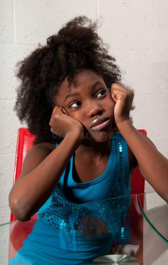 sadzająca Amerykanin afrykańskiego pochodzenia dziewczyna zdjęcia stock
