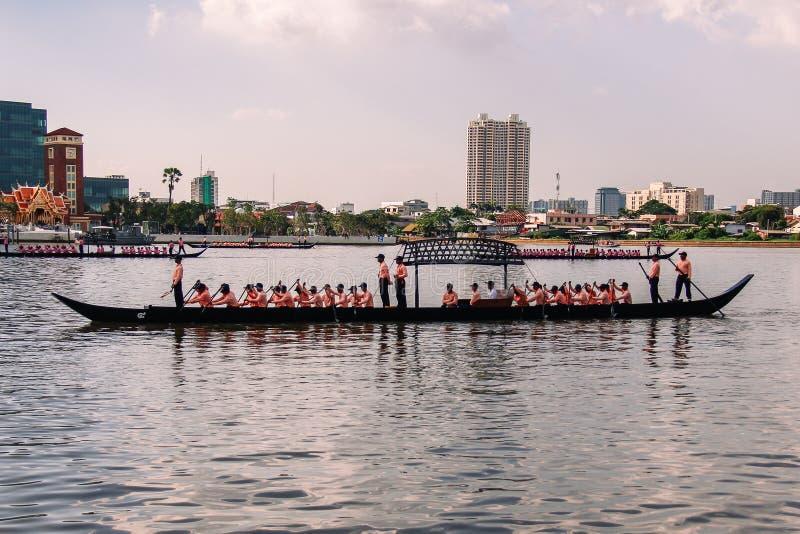 Saeng驳船,越一点伴游闯入皇家驳船队伍的彩排在昭披耶河 库存照片