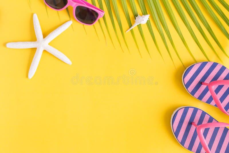 Saeshell e sandali posti piani della foto su fondo giallo, sulla vista superiore e sullo spazio della copia per il montaggio il v fotografie stock libere da diritti