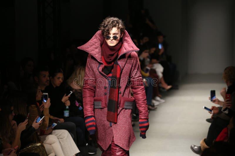 Safak Tokur Catwalk em Mercedes-Benz Fashion Week Istanbul fotos de stock royalty free