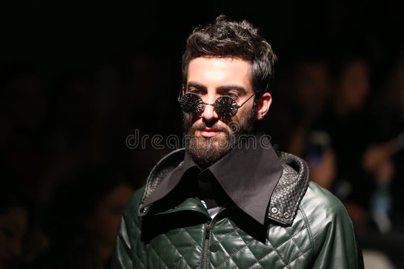 Safak Tokur Catwalk em Mercedes-Benz Fashion Week Istanbul imagem de stock royalty free