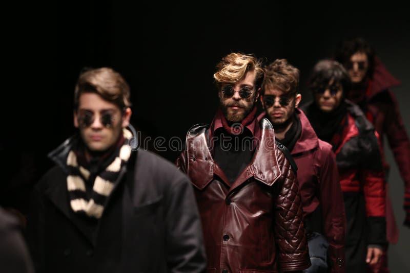 Safak Tokur Catwalk in Mercedes-Benz Fashion Week Istanbul stockfotografie