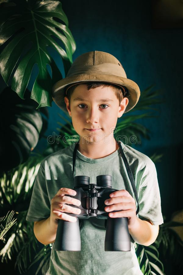 Safari boy spelen stock foto