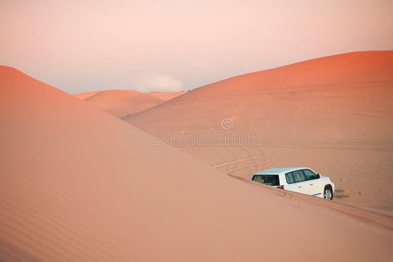 Safari campo a través de la puesta del sol del desierto en el Dubai - Abu Dhabi fotos de archivo