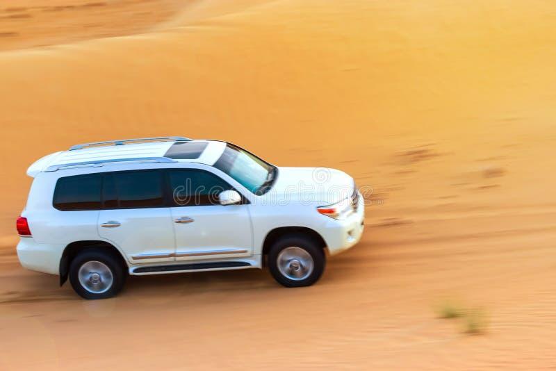 Safari campo a través del desierto árabe en Dubai, UAE El golpear de la duna foto de archivo libre de regalías