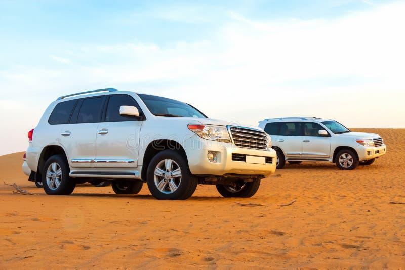 Safari campo a través del desierto árabe en Dubai, UAE El golpear de la duna Hora de oro fotos de archivo