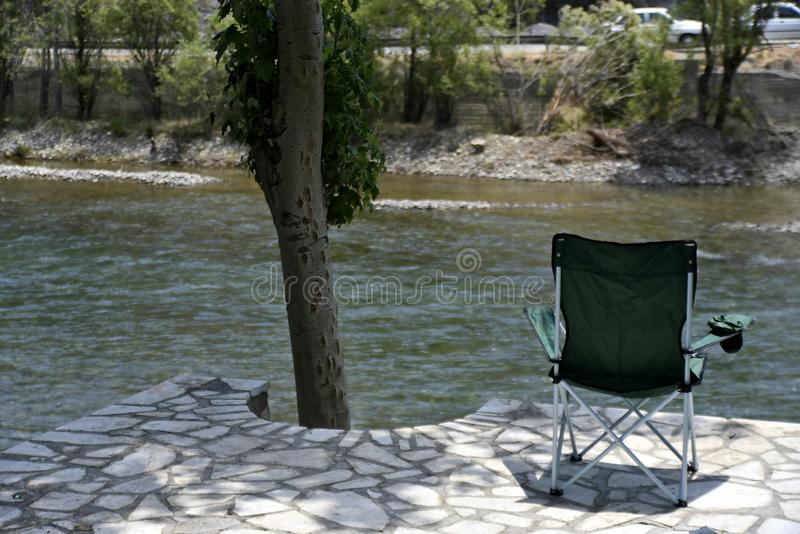 Safari Chair com a ideia do rood Zayanderud de Zayandeh, Esfahan, Irã no dia imagem de stock