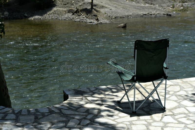 Safari Chair com a ideia do rood Zayanderud de Zayandeh, Esfahan, Irã no dia fotografia de stock