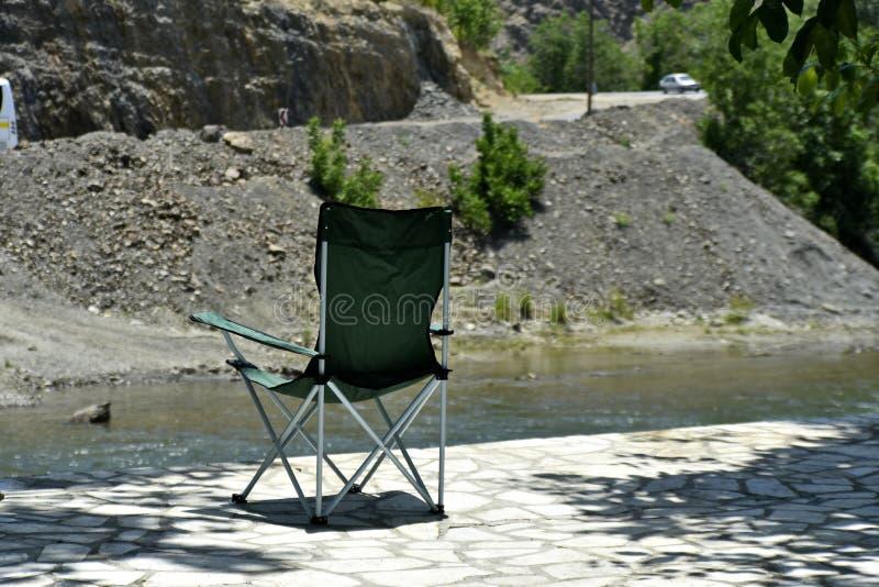 Safari Chair com a ideia do rood Zayanderud de Zayandeh, Esfahan, Irã no dia fotos de stock