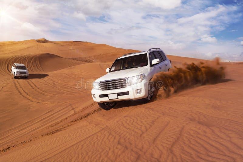 Safari del deserto con SUVs fotografie stock libere da diritti