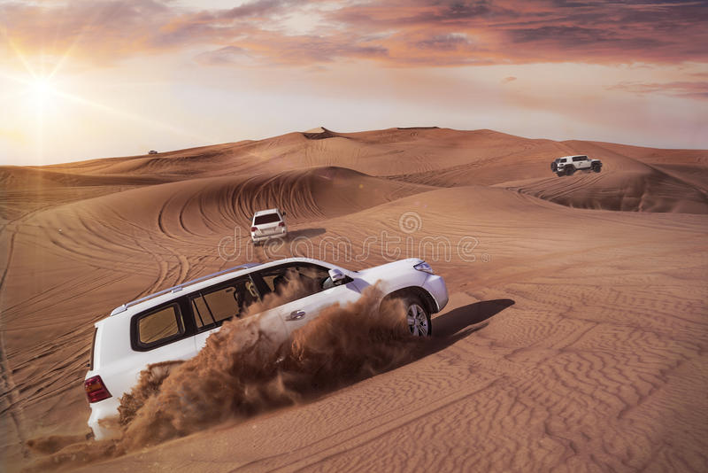 Safari del deserto con SUVs immagini stock libere da diritti
