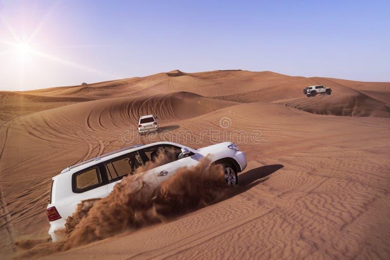 Safari del desierto con SUVs imagen de archivo libre de regalías
