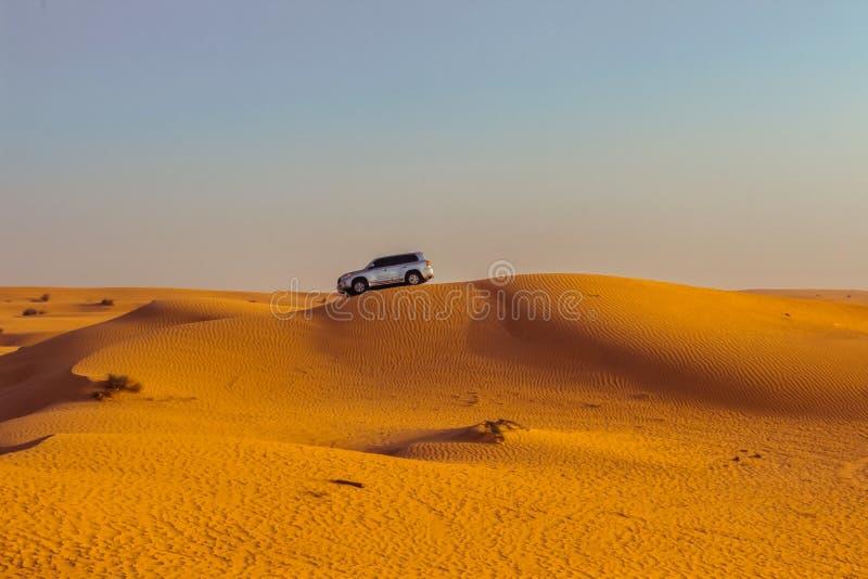 Safari del jeep en las dunas de arena en el desierto de Dubai foto de archivo libre de regalías