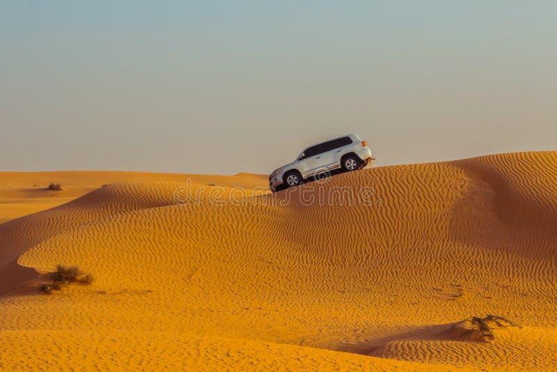 Safari del jeep en las dunas de arena en el desierto de Dubai foto de archivo
