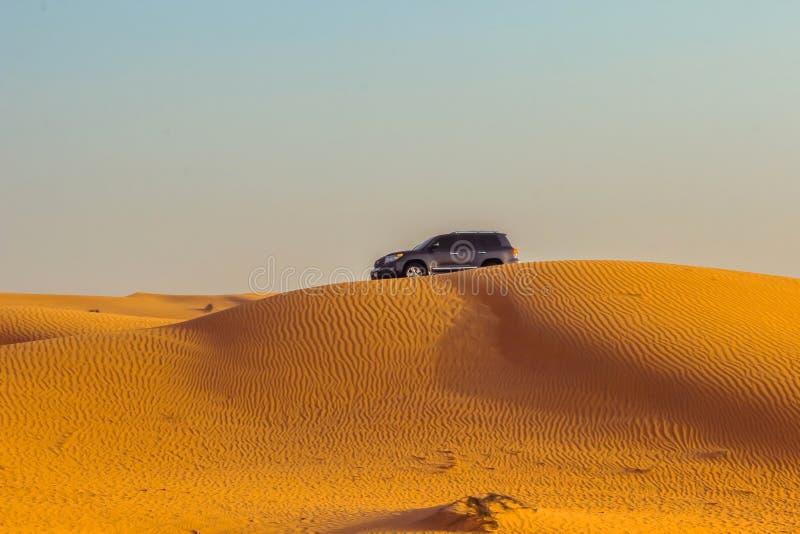 Safari del jeep en las dunas de arena en el desierto de Dubai imágenes de archivo libres de regalías