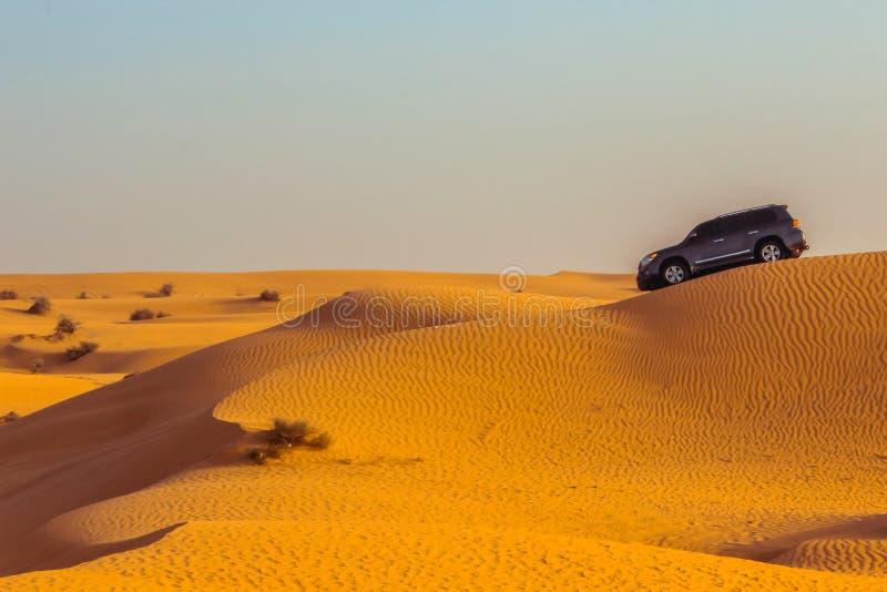 Safari del jeep en las dunas de arena en el desierto de Dubai fotos de archivo