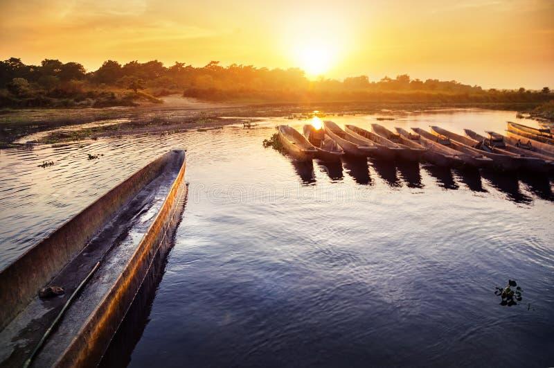 Safari di canoa in Chitwan immagini stock