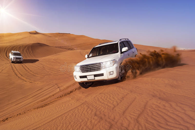 Safari do deserto com SUVs fotografia de stock royalty free