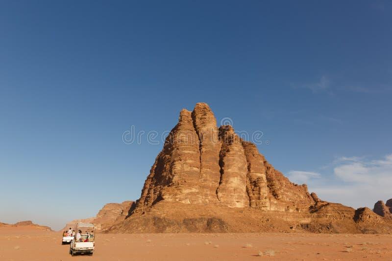 Safari en los vehículos campo a través en el desierto de Wadi Rum en Jordania imagen de archivo libre de regalías