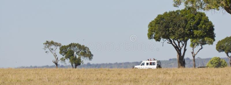 Safari pojazd w upał mgiełce w Kenja obrazy stock