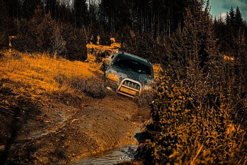 Safari suv 4x4 reistrekking Van de vrachtwagen van de wegsport tussen bergenlandschap Reisconcept met grote 4x4 auto Weg stock foto