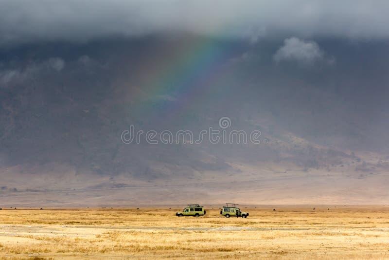 Safariauto's binnen Ngorongoro-Krater stock foto