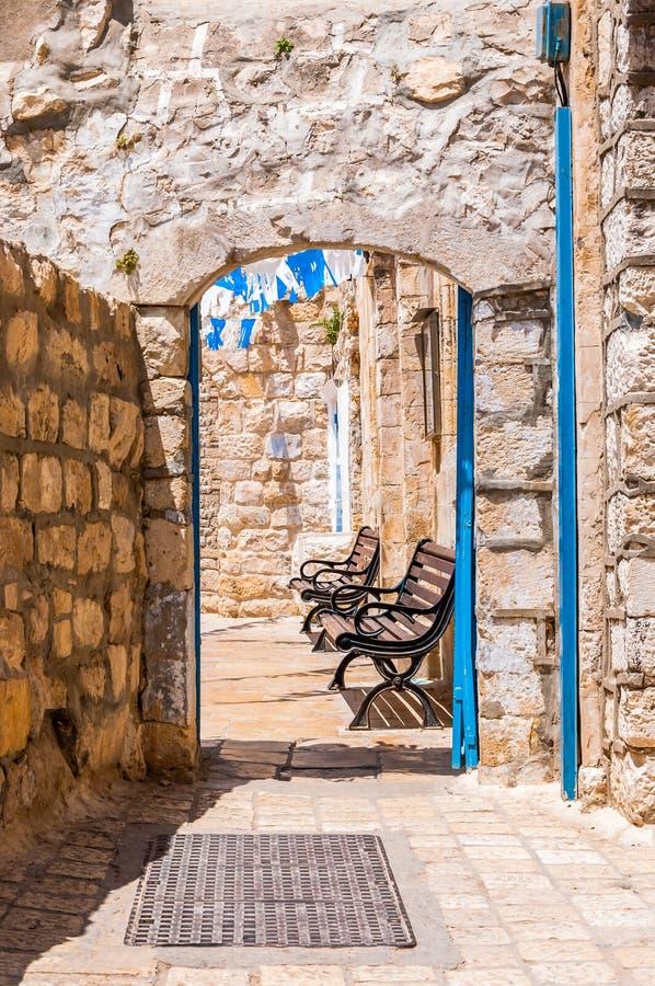Safed ulica, bystreet, aleja, backstreet z ławkami, antyczne kamienne ściany, łuki i błękitne białe dekoracje, fotografia stock