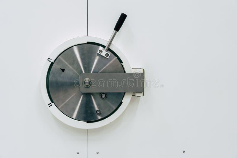 Safes hergestellt vom silbernen Metall auf einem weißen Hintergrund lizenzfreies stockbild