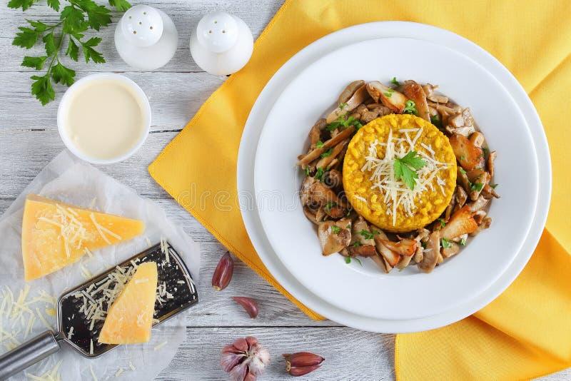 Saffraan romige risotto met gebraden porcini royalty-vrije stock foto's